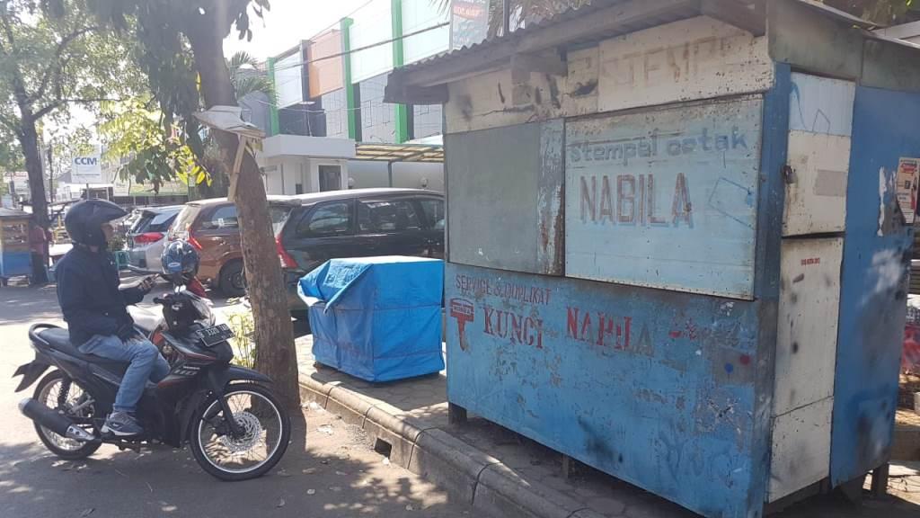 Lapak jasa pembuatan stempel milik SR di Jalan Evakuasi, Cirebon, Jabar. (Foto: A Rofahan)