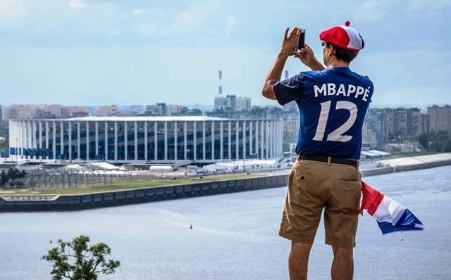 Seorang supporter Prancis mengabadikan Stadion Nizhny Novgorod. AFP Photo/Mladen Antonov