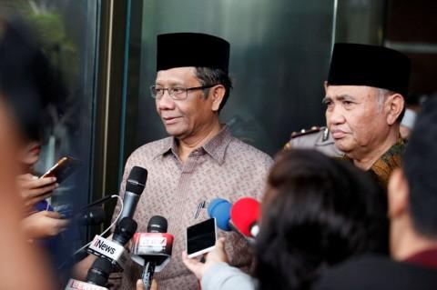 Ketua KPK Agus Rahardjo (kanan) bersama mantan Ketua MK dan
