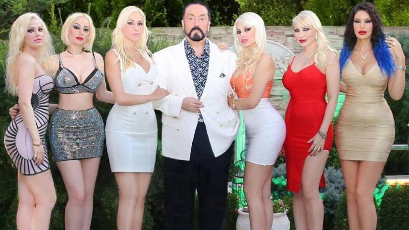 Adnan Oktar bersama dengan para pengikutnya (Foto: Hurriyet).