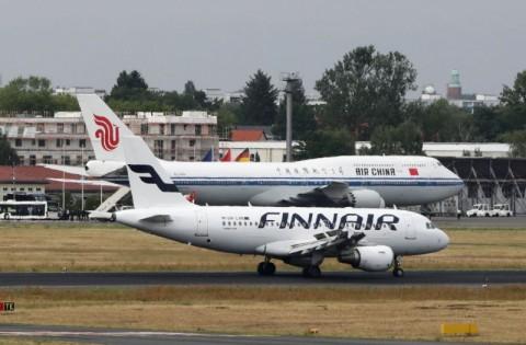 Pesawat Air China (di belakang) diselidiki atas insiden di Hong