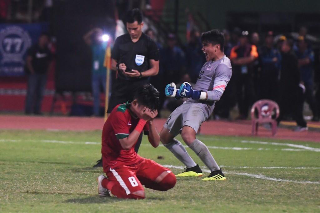 Ekspresi kekecewaan Witan Sulaiman usai gagal menuntaskan tugasnya di babak adu penalti kontra Malaysia (Foto: ANTARA FOTO/Zabur Karuru)