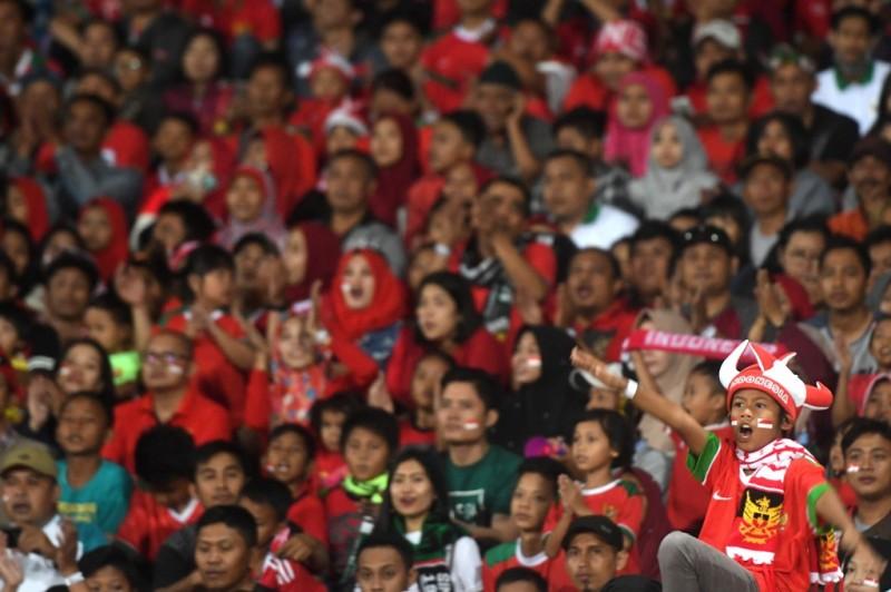 Aksi suporter cilik saat mendukung Timnas U-19 di Piala AFF U-19 2018 di Stadion Gelora Delta Sidoarjo (Foto: ANTARA FOTO/Zabur Karuru)