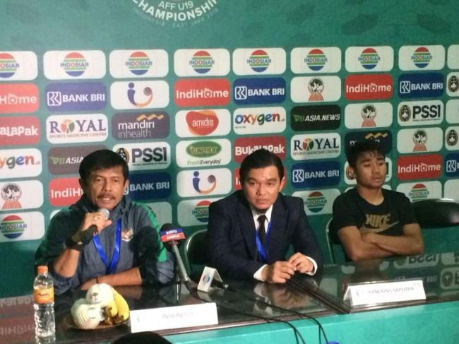 Indra Sjafri didampingi Asnawi Mangkualam saat konferensi pers usai Timnas U-19 kalah adu penalti dari Malaysia di babak semifinal Piala AFF U-19 (Foto: medcom.id/Gregah Nurikhsani)