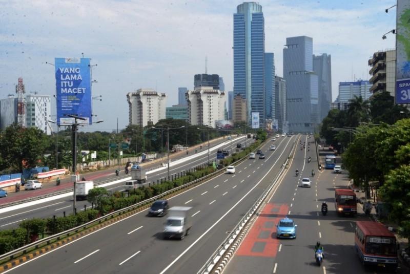 Kendaraan bermotor melintas dengan lancar saat melintas di jalan Tol Dalam, Gatot Subroto, Jakarta Selatan. Foto: MI/Mohamad Irfan.