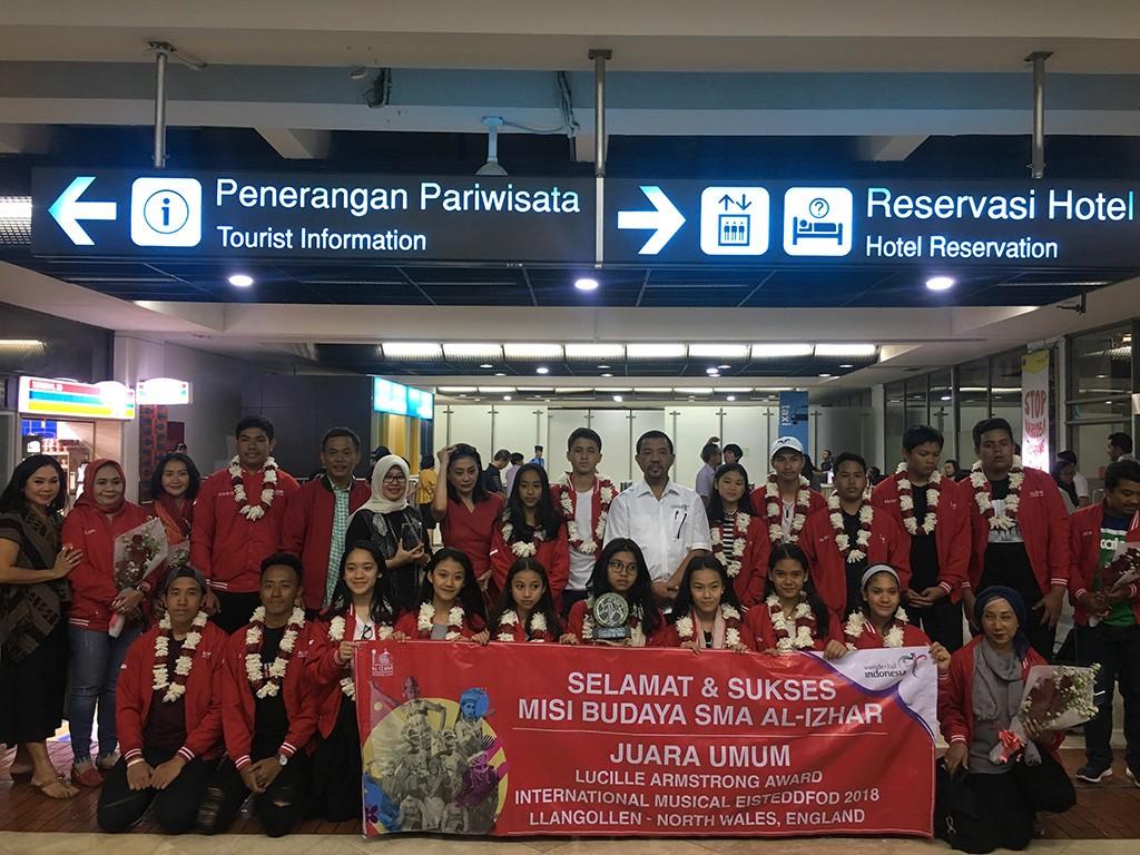 31 tim misi budaya SMA Al Izhar tiba di Bandara Soekarno-Hatta, Jumat 13 Juli 2018, Medcom.id/Farhan Dwitama