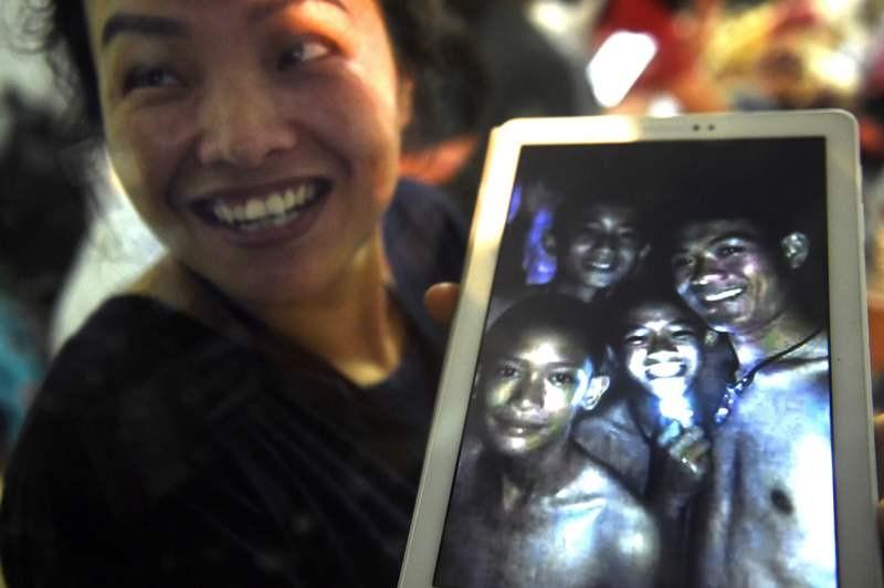 12 bocah Thailand dan seorang pelatihnya berhasil diselamatkan dari gua di Chiang Rai (Foto: AFP).
