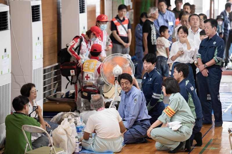 PM Jepang Shinzo Abe bertemu dengan para pengungsi (Foto: AFP).