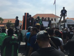 Driver <i>Online</i> Demo Tagih Janji Gubernur Soekarwo