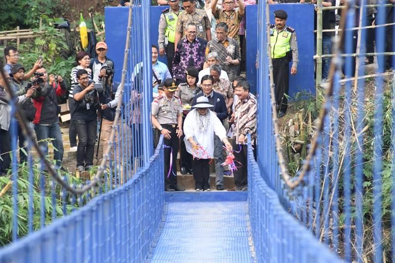Menteri Luar Negeri Retno Marsudi saat berada di Garut meresmikan Jembatan Diplomasi, Jumat 13 Juli 2018 (Foto: Kemenlu RI).