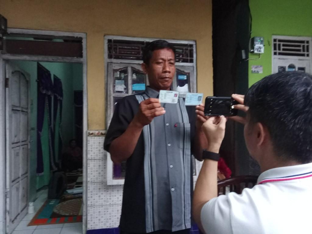 Carlim, warga penghayat asal Desa Cikandang Kecamatan Kersana, Brebes, Jawa Tengah, menunjukkan KTP-el miliknya dengan kolom agama yang masih kosong. (Medcom.id /Kuntoro Tayubi)