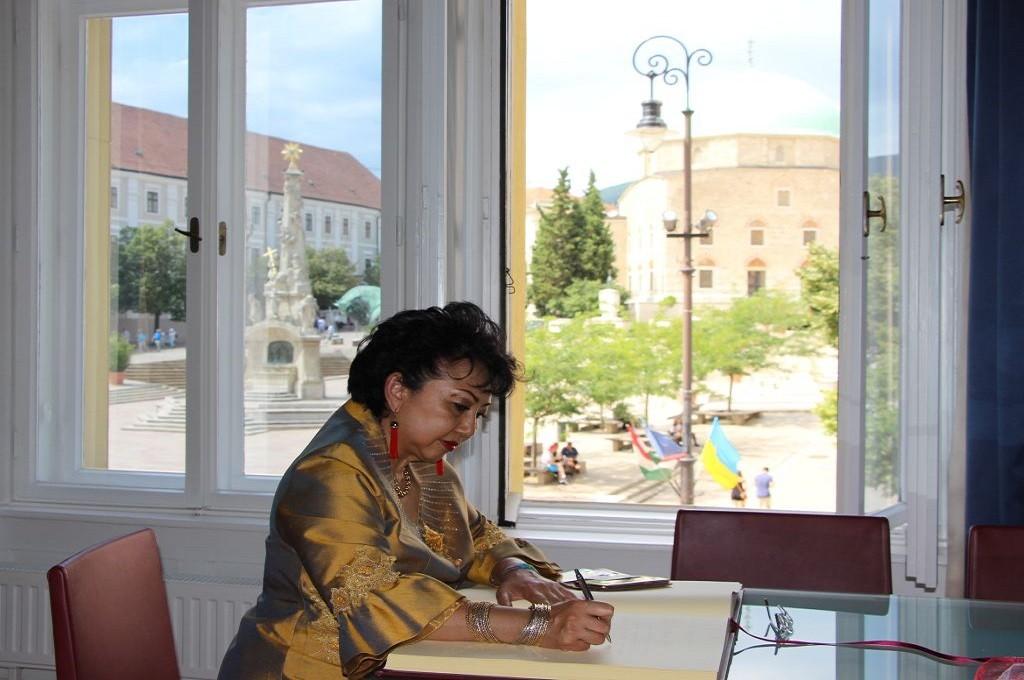 Dubes Wening menyunting buku anak berjudul Kisah Lonci, Petualangan ke Kota Pecs. (Foto: KBRI Budapest)