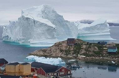 Gunung es sudah mendekati sebuah desa di Greenland. (Foto: AFP)