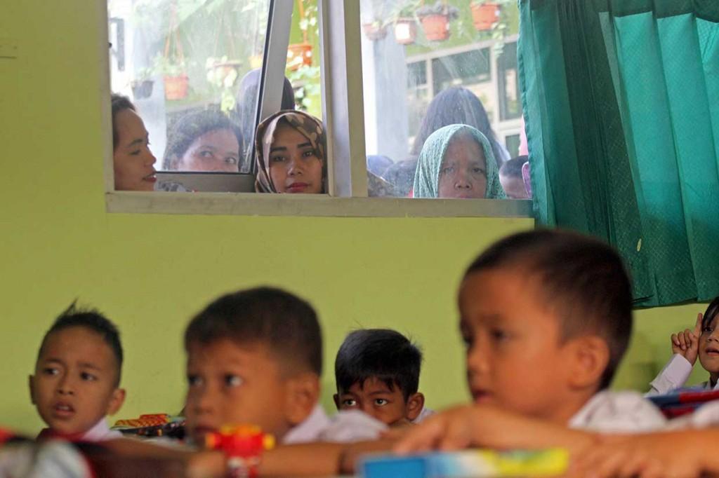 Saat Orang Tua Antar Anak di Hari Pertama Masuk Sekolah