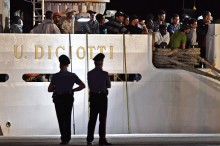 Italia Izinkan 450 Imigran Berlabuh di Sicilia