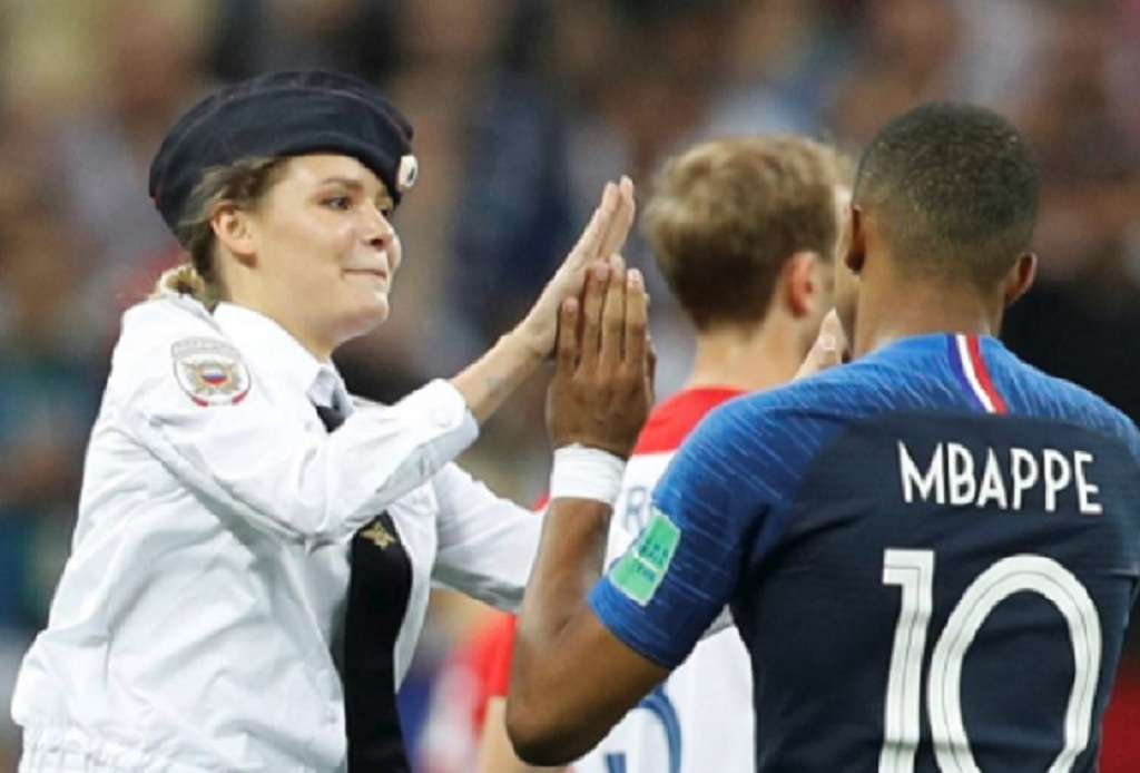 Salah satu anggota Pussy Riots yang masuk ke lapangan saat final Piala Dunia mengajak Kylian Mbappe untuk tos. (Foto: Twitter)