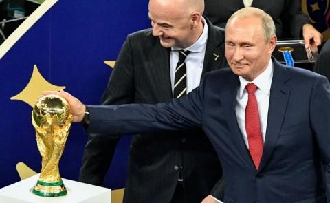 Presiden Rusia Vladimir Putin dengan tropi Piala Dunia (Foto:
