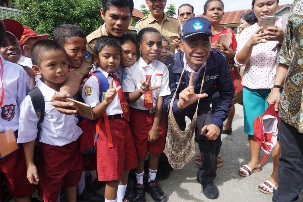 Mendikbud Muhadjir Effendy melakukan kunjungan ke salah satu SD di Papua pada Hari Pertama Sekolah, Dokumentasi Kemendikbud