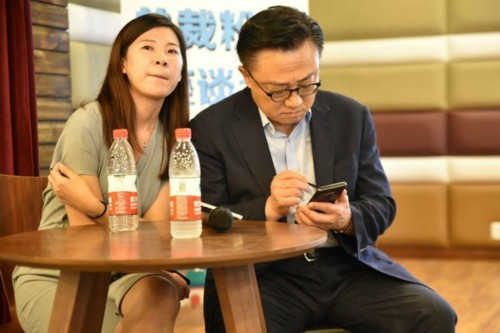 CEO Samsung tertangkap kamera menggunakan Galaxy Note 9 di ruang