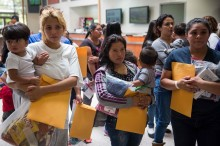 Hakim AS Hentikan Sementara Deportasi Imigran