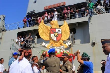 Petugas menurunkan plakat burung garuda dari KRI Teluk Ende yang sandar di Pelabuhan Bung Karno di Ende, Nusa Tenggara Timur. Foto: MI/Palce Amalo.