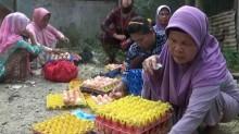 Harga Mahal, Warga Tangerang Berebut Beli Telur Retak