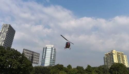 Sebuah helikopter hendak mendarat di lapangan yang dikelilingi