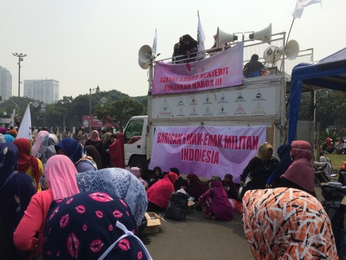Puluhan emak-emak demo di depan Istana Negara - Medcom.id/Husen