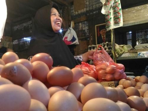 Pedagang telur ayam di Pasar Kosambi, Bandung, Jawa Barta.