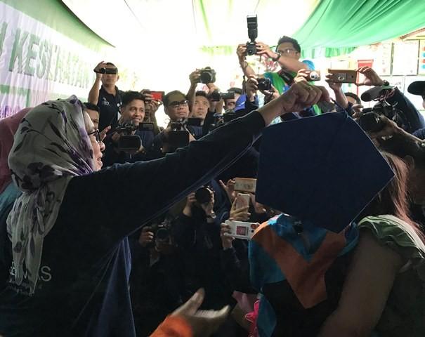 Menteri Kesehatan Republik Indonesia, Nila F Moeloek berkunjung ke Saung Germas Iloponu, Gorontalo. (Foto: Dok. Medcom.id/Raka Lestari)