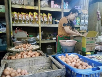 Pedagang telur di pasar tradisional di Kota Solo. (Foto: Pythag