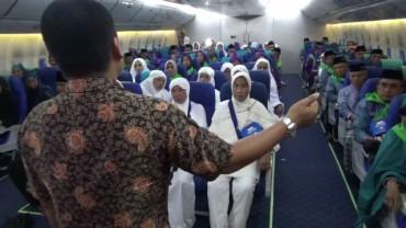 Jemaah Haji Embarkasi Makassar Diajari Pakai Toilet Pesawat
