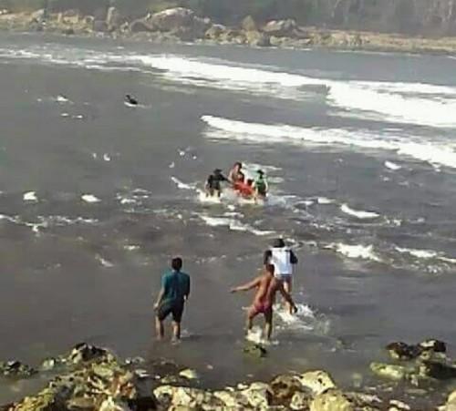 Masyarakat menolong korban kapal tenggelam di kawasan perairan