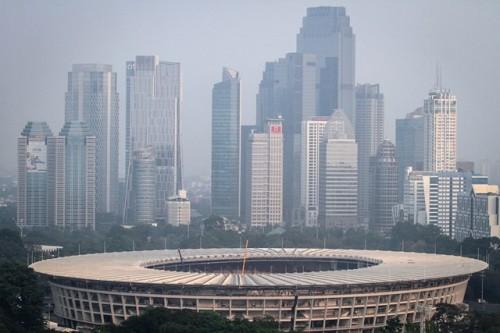 Stadiun Utama Gelora Bung Karno dengan latar belakang deretan