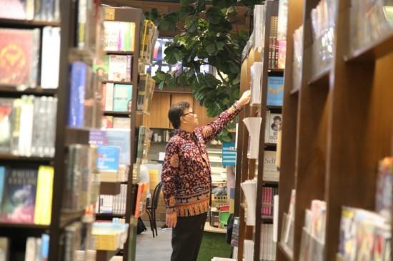 Mengunjungi Toko Buku dan Berdiskusi, Kebiasaan Mendagri di Sela Rutinitas Padat