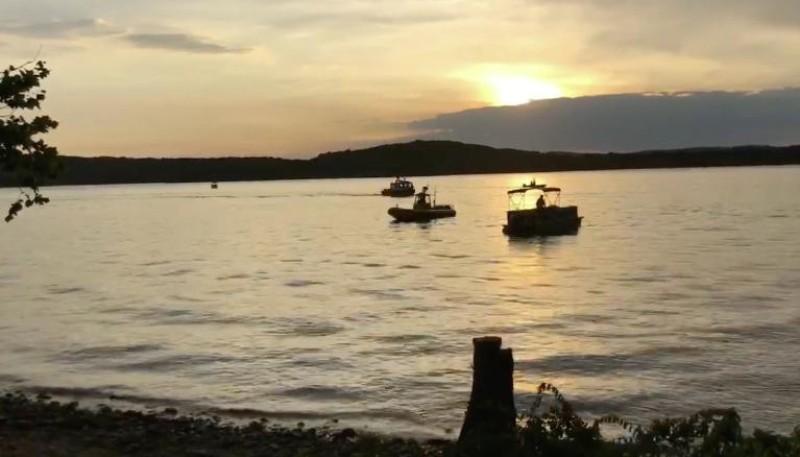 Regu penyelamat masih mencari korban dalam kecelakaan kapal di Danau Table Rock, Missouri, Amerika Serikat (Foto: AFP).