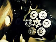 Bocah Lima Tahun Ditemukan Tertidur Bersama Sebuah Pistol