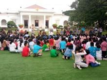 Jokowi, Iriana Play with Kids at Palace