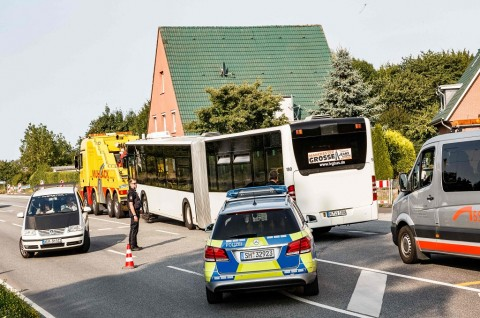 Polisi berada di dekat bus tempat terjadinya penyerangan