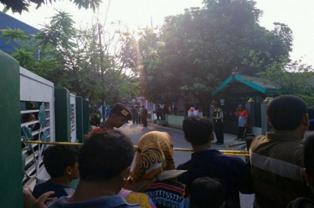 Polisi mensterilkan lokasi ledakan bom di Bangil, Pasuruan, Kamis, 5 Juli 2018, Medcom.id - Hadi