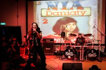 Aksi Banting Gitar Otong KOIL dan Kenangan Kamera Rusak