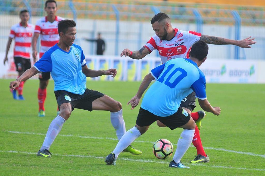 Pesepak bola Madura United FC (MU) Marcel Sramento (kedua kanan) berusaha melewati pesepak bola Persela, Guntur Triaji (kanan) dan Eki Taufik (tengah) dalam Turnamen Internasional Suramadu Super Cup (SSC) 2018. (ANTARA FOTO/Saiful Bahri)