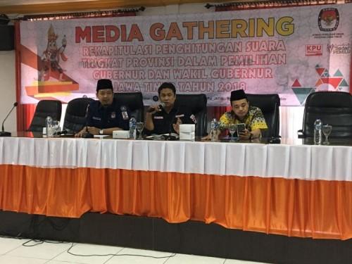 Komisioner KPU Jatim saat menggelar Media Gahtering dengan awak