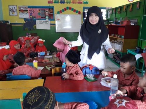 Masadah bersama para peserta didiknya/Medcom/Budi Arista