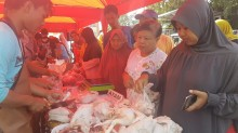 Selisih Harga Hampir 70 Persen, Warga Serbu Pasar Murah Cirebon