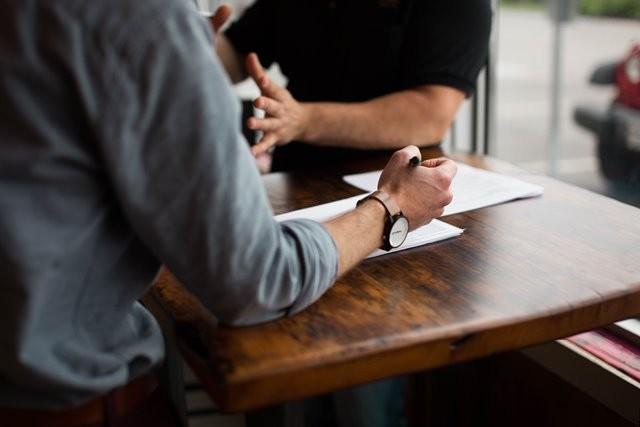 Penelitian membuktikan orang yang merasa dapat berbicara secara terbuka tentang depresi mereka dengan manajer mereka lebih produktif di tempat kerja. (Foto: Nik Macmillan/Unsplash.com)