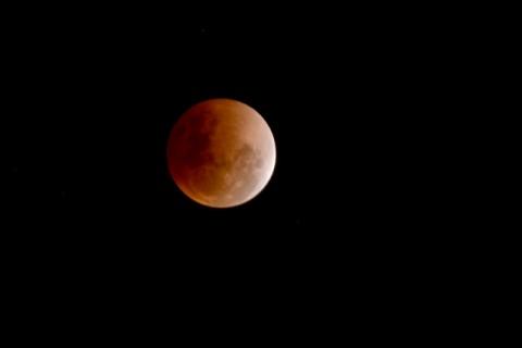 Masyarakat Diminta Waspadai Gelombang Tinggi saat Gerhana Bulan