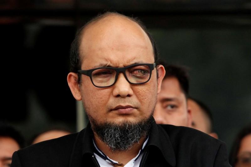 Penyidik senior KPK Novel Baswedan menyampaikan keterangan pers ketika tiba di Gedung KPK, Jakarta. Foto: MI/Rommy Pujianto.