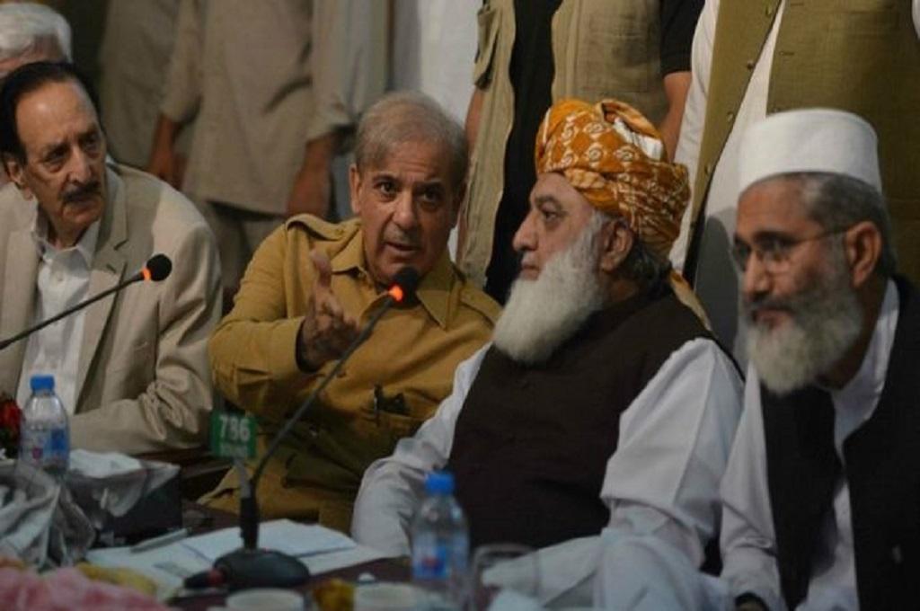 Shahbaz Sharif (dua kiri) bersama Maulana Fazalur Rehman (dua kanan) dalam konferensi pers di Pakistan. (Foto: AFP)