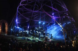 Musik Jazz Hangatkan Suasana Gunung Bromo